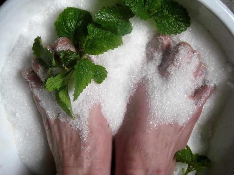 Ноги в лечебной ванночке