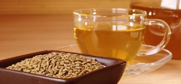 Жёлтый чай хельба в чашке и семена пажитника