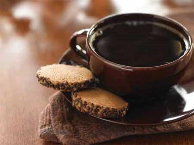 Чашка натурального кофе с печеньем