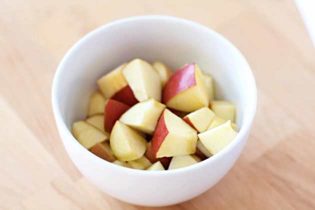 Измельчённое яблоко в миске