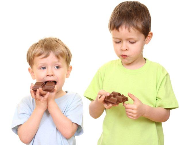 Дети едят шоколад