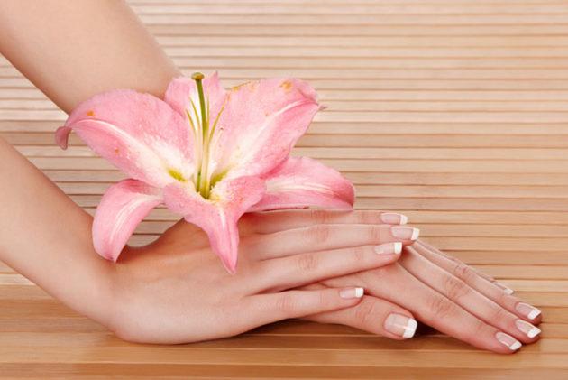 Красивые руки с цветком лилии