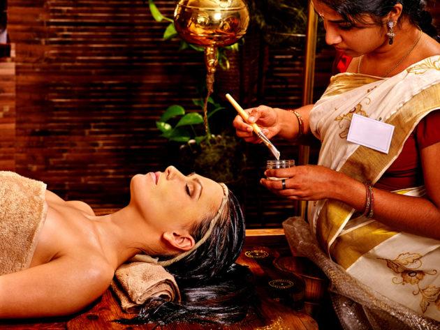 Нанесение маски для волос в индийской салоне