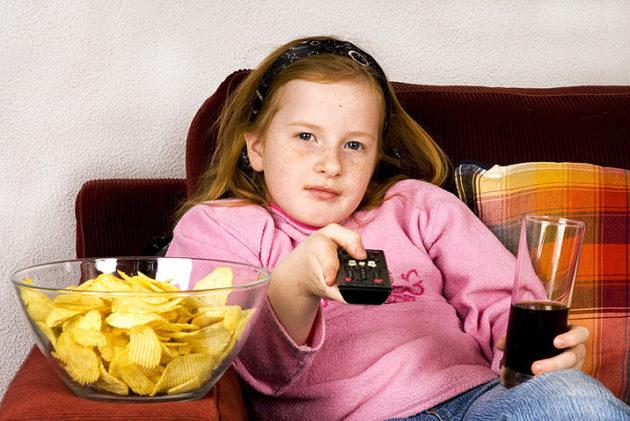 Девочка с чипсами, колой и пультом от телевизора