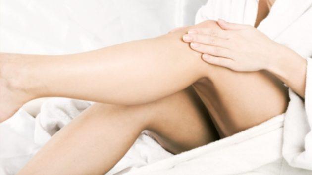 Девушка растирает ноги уксусом