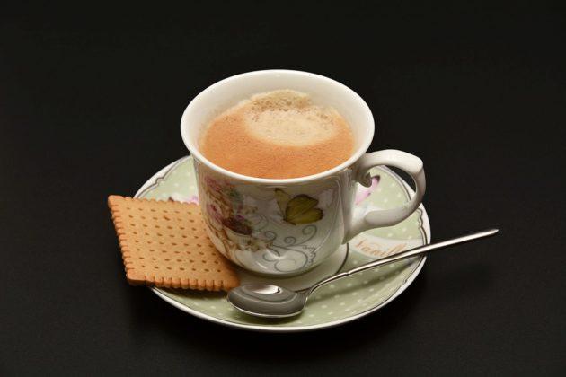 Чашка кофе и печенье на блюдце