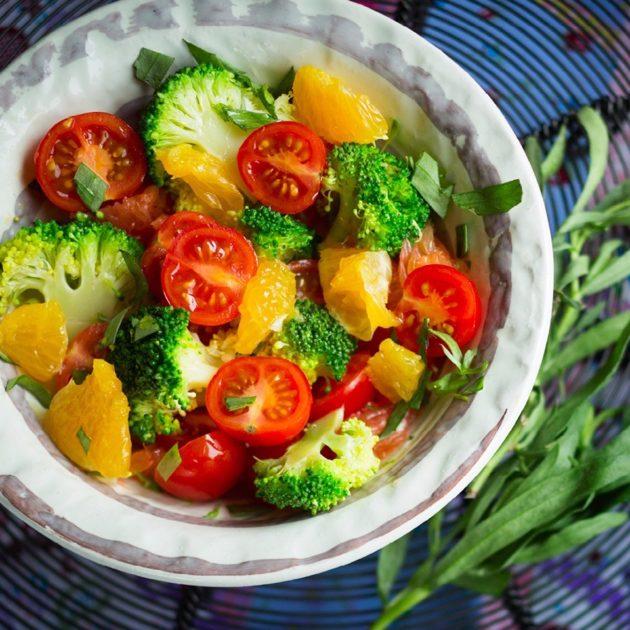 Салат с брокколи, помидорами черри и апельсинами