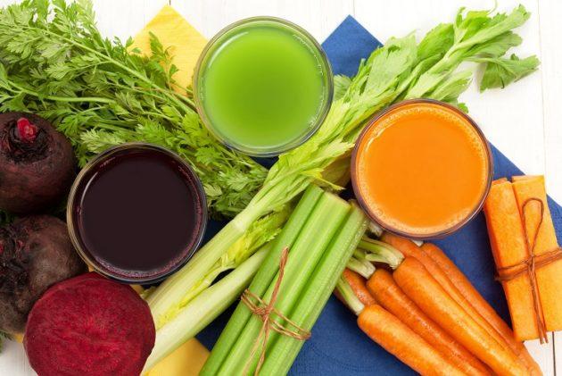 Стаканы с разноцветными соками и яркие овощи