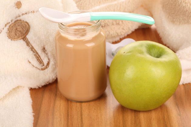 Детское питание и яблоко