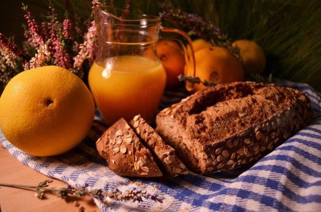 Хлеб и сок из апельсинов