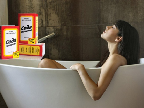 Коллаж: девушка в ванной и упаковки соды