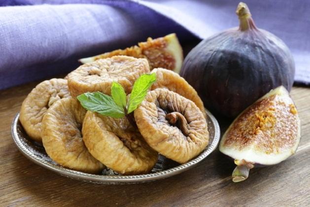 Свежий и сушёный инжир в тарелке