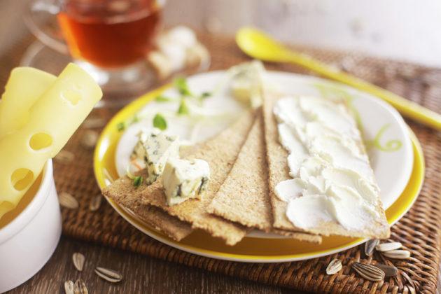 Хлебцы, сыр и чай