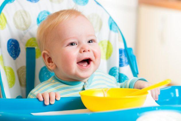 Малыш на детском стульчике