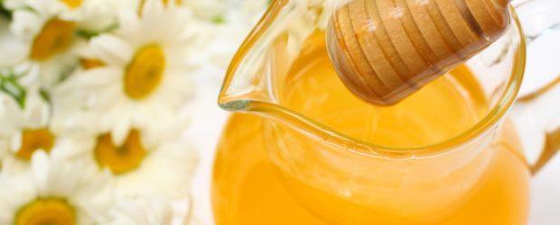 Ромашки и графин с медовой водой
