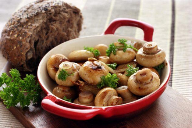 Жареные грибы и хлеб