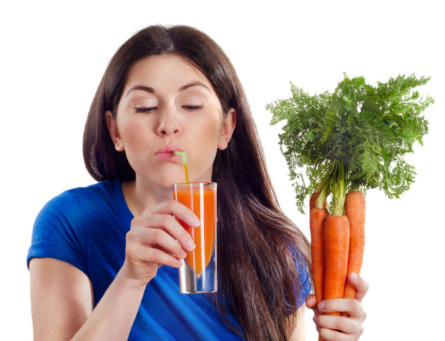 девушка пьёт морковный сок