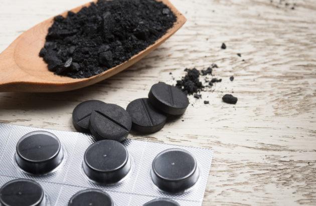 Активированный уголь в таблетках на столе