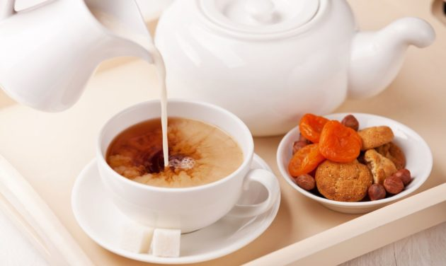 Чёрный чай с молоком и сухофруктами