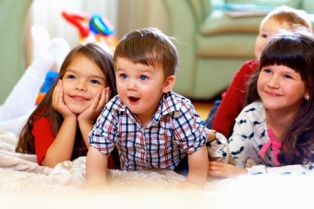 Четверо детей смотрят кино