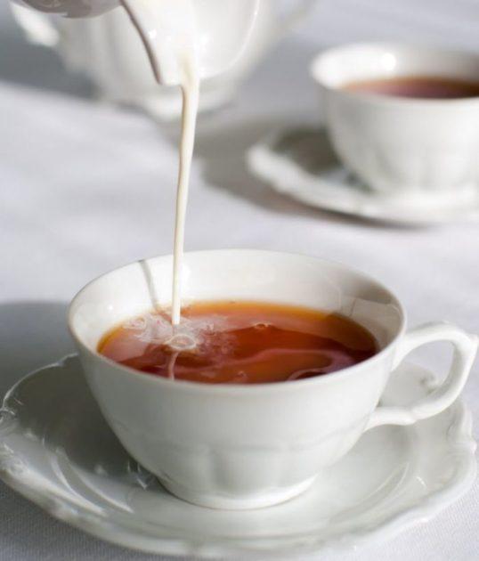 Молоко льётся в чай