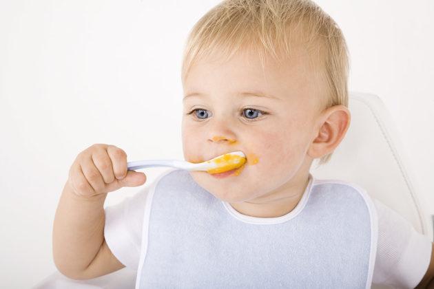 Ребёнок ест пюре