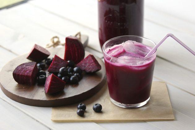 Свекольный напиток со льдом и ягоды