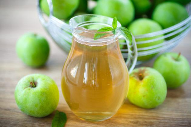 Яблочный компот в прозрачном кувшине