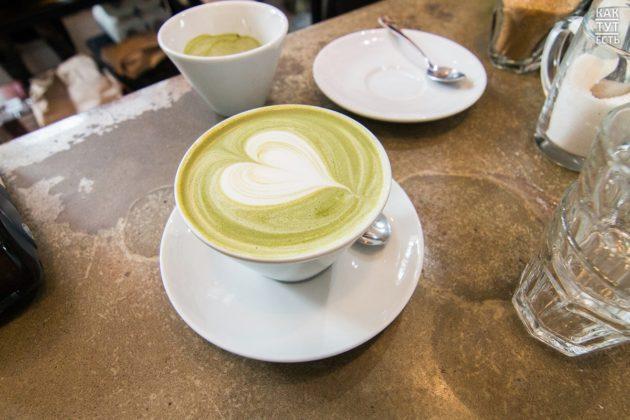 Зелёный чай с морской солью на деревянном столе