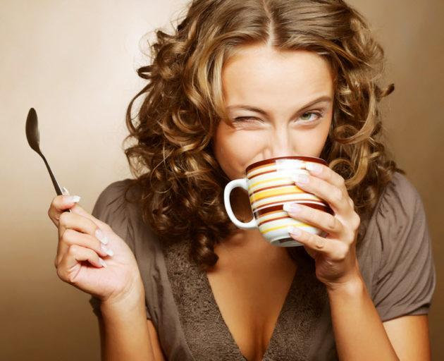 Девушка пьёт чай
