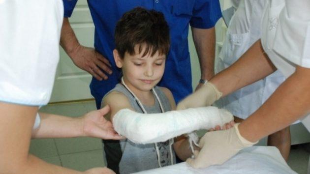 Ребёнок с переломом руки