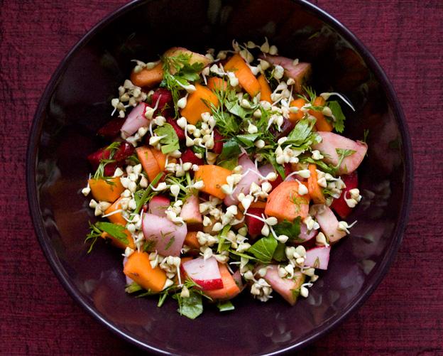 Салат с проростками гречки в тёмной миске