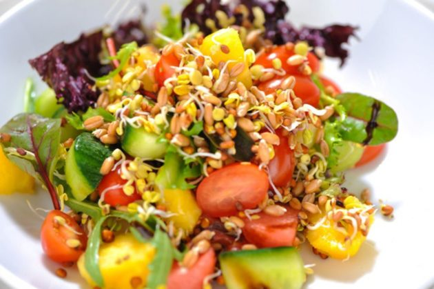 Салат из проростков гречки, овощей и зелени