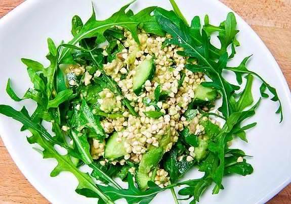 Салат с проростками гречки, огурцом и зеленью