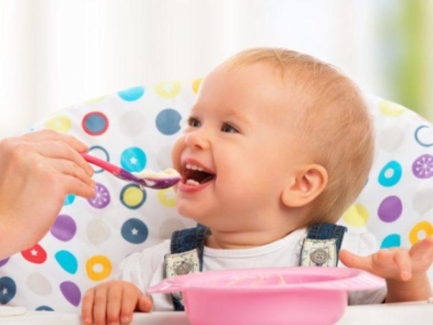 Ребёнок кушает