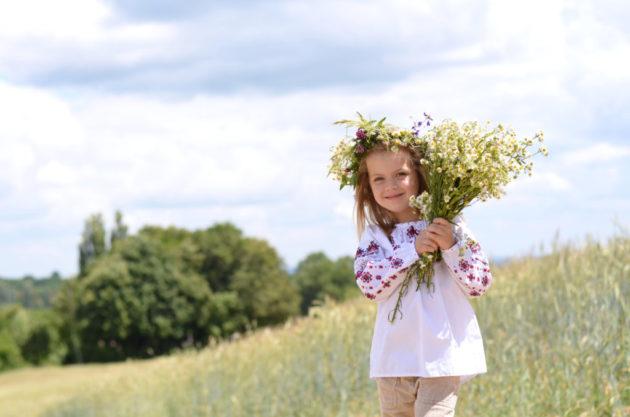 Девочка собирает лекарственные травы