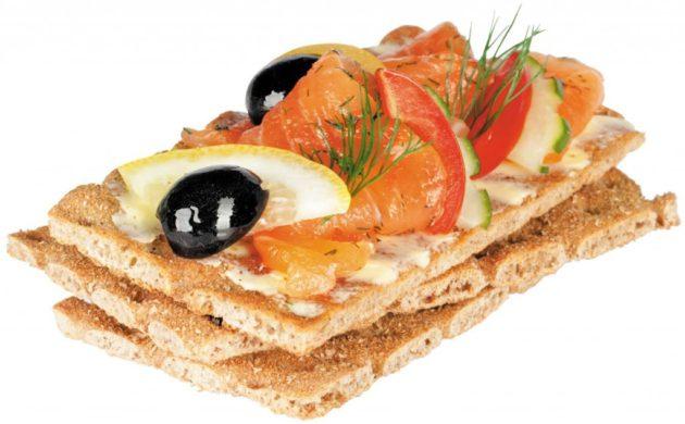 Хлебцы с оливками, лимоном и помидорами