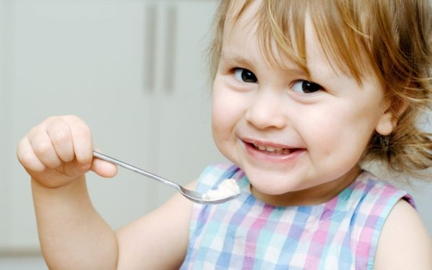 Ребёнок ест творог