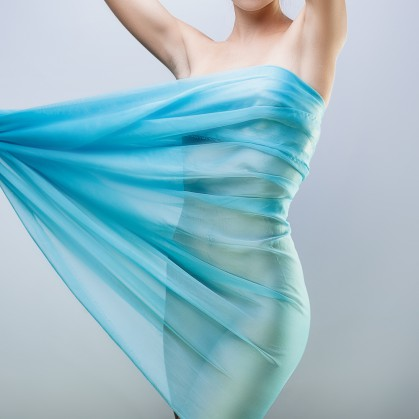 Фигура девушки в голубой ткани