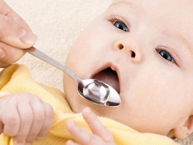 Новорожденного поят водой из ложечки