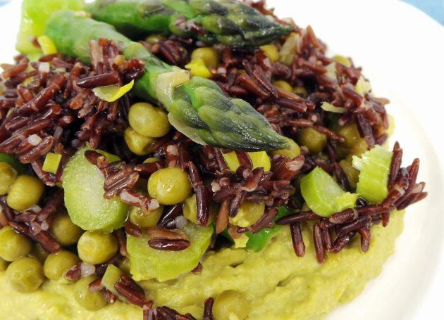 Красный рис со спаржей и пюре из зелёного горошка