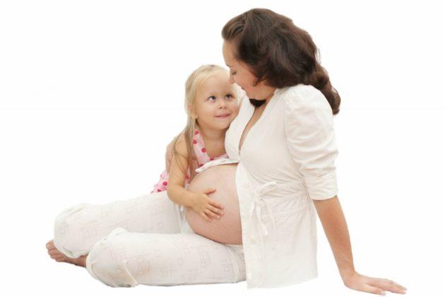 Беременная женщина с девочкой
