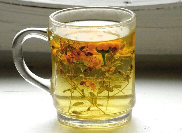 Отвар травы в чашке