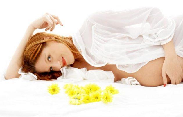 Беременная и цветы
