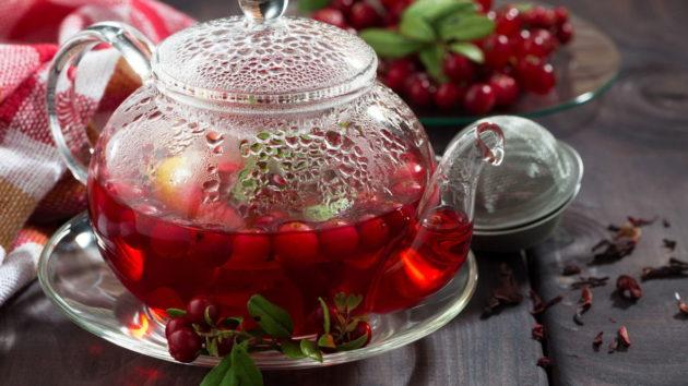 Брусничный чай в прозрачном чайнике