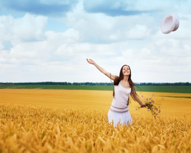 Девушка в пшеничном поле