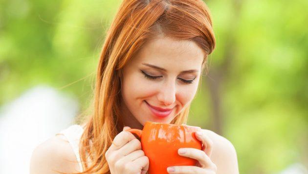 Девушка пьёт из чашки