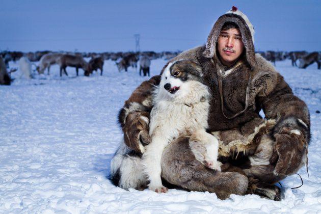 Эскимос с собакой