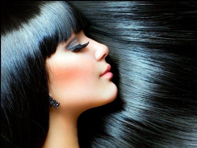Лицо в профиль девушки с блестящими иссиня-чёрными волосами