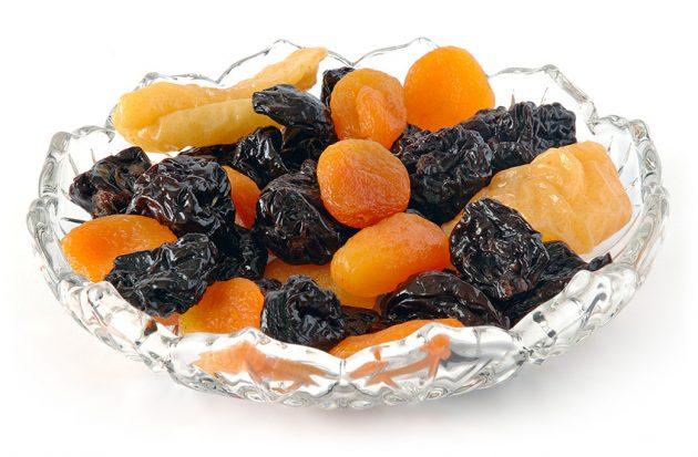 Сухофрукты (курага и чернослив) в прозрачной тарелке